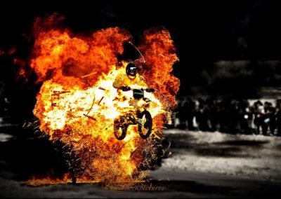 Percussion moto dans mur de feu
